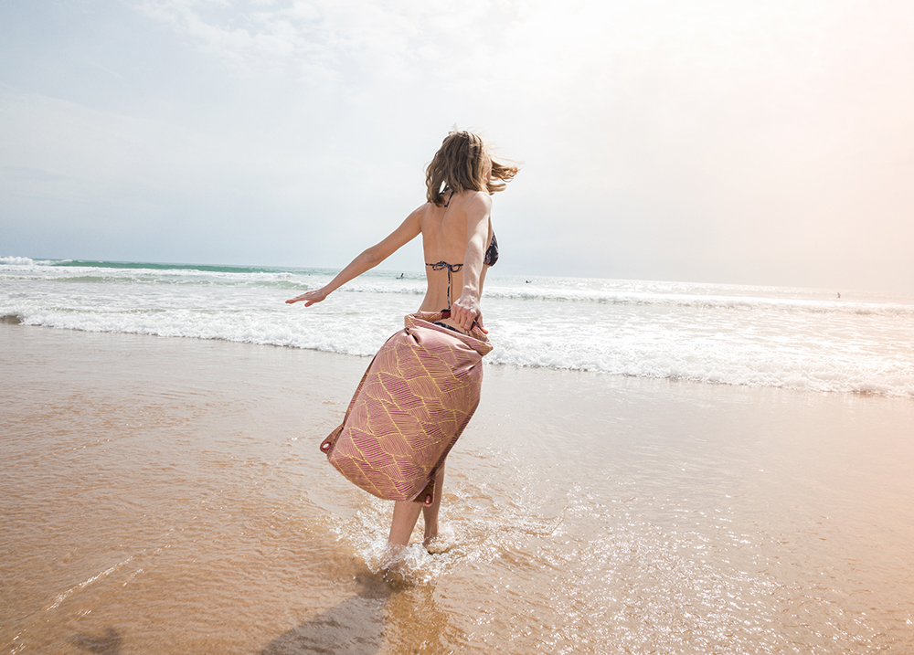 Diesen Sommer kommen deine Kleider trocken den Fluss runter oder übers Meer. Die neuen Schwimmsäcke von Tarzan. hier zum Produkt